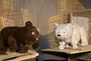 """Das Figurentheater """"spielbar"""" zeigt am Sonntag,8. Januar, um 15.30 Uhr die aufregenden Abenteuer von """"Lars, der kleine Eisbär"""". Bild: Tameer Gunnar Eden/Eifeler Presse Agentur/epa"""