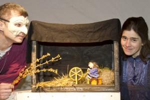 """Aus einer neuen Perspektive erzählt das Figurentheater """"spielbar"""" das Märchen vom """"Rumpelstilzchen"""" neu. Bild: Michael Thalken/Eifeler Presse Agentur/epa"""