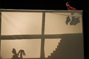 Mit Schattenspiel und Fingerpüppchen leben Geschichten um St. Nikolaus wieder auf. Bild: Tameer Gunnar Eden/Eifeler Presse Agentur/epa